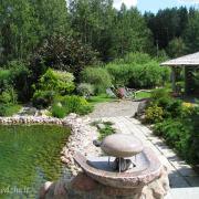 Sumanymas baseino fontano įrengimui panaudoti taisyklingos formos riedulį pasiteisino: nušlifavus jo paviršių, šis akmuo tapo gražiu akcentu.