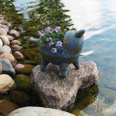 """Šis keramikinis paukštukas """"nutūpė"""" ant akmens baseine. Jis puikiai tiko į kompaniją plunksnuočiams, kurie atskrenda atsigaivinti vandenyje."""