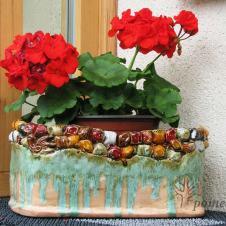 Jeigu turite įdomų keramikinį gėlių vazoną, orams atšilus galite išnešti jį į lauką, sudėti į jį augalų centre pirktus pavasarinių gėlių vazonėlius ir naujai sukurta auglų kompozicija papuošti terasą, ar kitą poilsio zoną. Gėlėms peržydėjus, šias pakeiskite vasarinių gėlių kompozicija – ir vėl bus gražu. Jei neturite keramikinio vazono, tai tikriausiai turite pintą krepšį, molinį vazoną ar kokį įdomų daiktą, kuris galėtų tapti pagrindu gėlių kompozicijai sukurti.