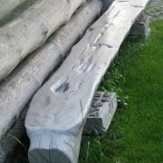 Įdėjus šiek tiek pastangų, senas ąžuolo pusrastis tapo gražiu ir labai patogiu suolu.